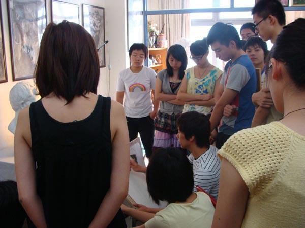 1-《中央美术学院教学片系列》示范者在画室为学生现场示范.jpg