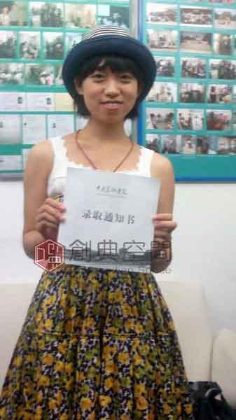 3--已录取中央美术学院设计学院的画室学员范洋子在画室留念。.jpg