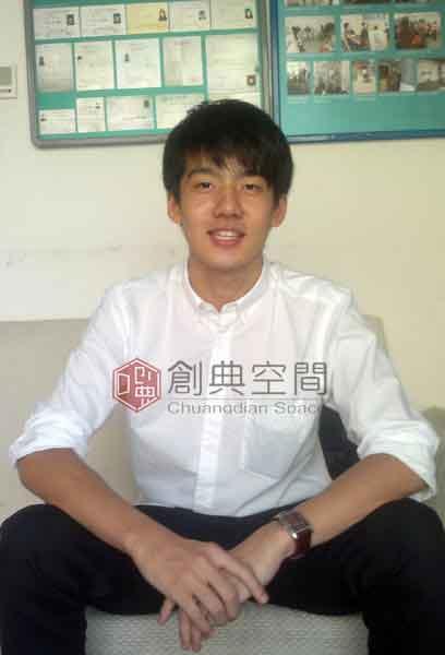 4--已被中国人民大学录取的画室学员孟天初回画室留念。.jpg