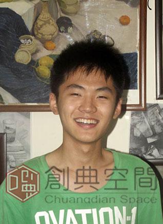 2-已录取清华大学信息设计系的画室老学员徐楚童,在自己的画前.jpg