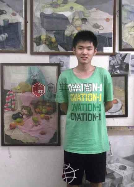 5-已录取清华大学信息设计系的画室老学员徐楚童,在自己的画前。.jpg
